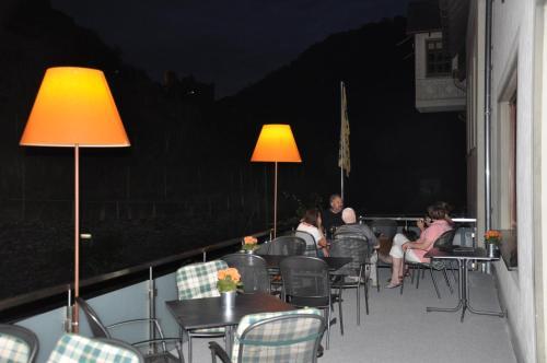 Ein Restaurant oder anderes Speiselokal in der Unterkunft Gutsschänke Sennerhof