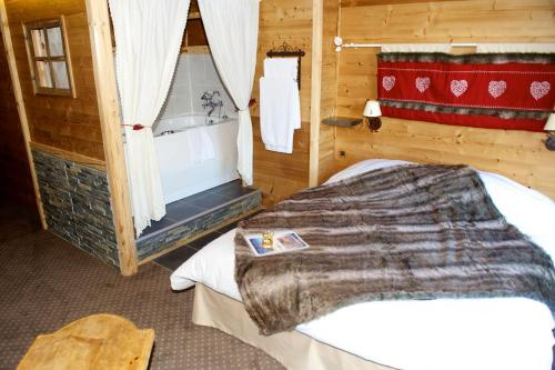 A bed or beds in a room at Le Chalet d'Alizée