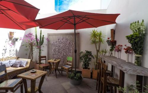 Un restaurante o sitio para comer en Room Tarifa