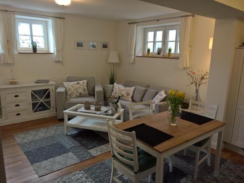 Ein Sitzbereich in der Unterkunft Apartment Schreyegg
