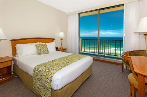A bed or beds in a room at Noah's On the Beach
