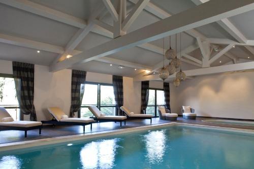בריכת השחייה שנמצאת ב-Le Vallon de Valrugues & Spa או באזור