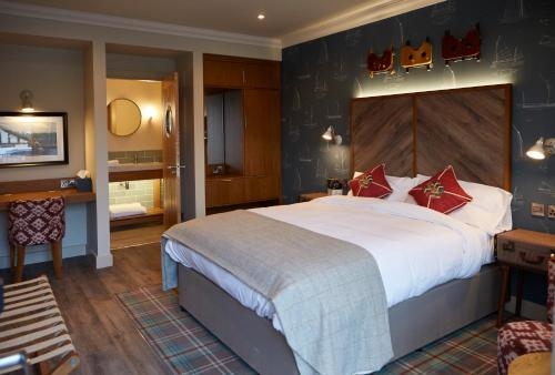 A bed or beds in a room at The Boathouse Inn & Riverside Rooms