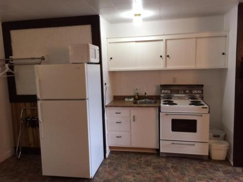 A kitchen or kitchenette at Carleton Motel and Coffee Shop