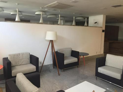 A seating area at Go Inn Vitória
