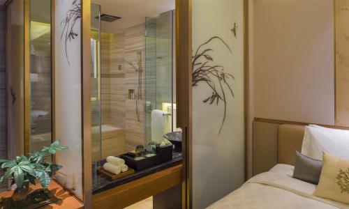A bathroom at HUALUXE Hotels & Resorts Nanchang High-Tech Zone, an IHG hotel