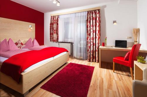 A bed or beds in a room at Hotel Apartment Auwirt