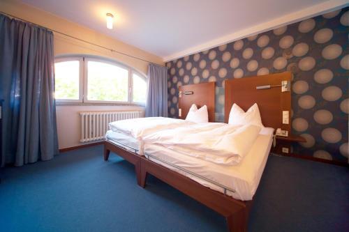 Ein Bett oder Betten in einem Zimmer der Unterkunft Landhotel zum Schwanen