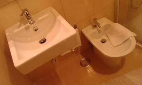 Uma casa de banho em Hotel Tic Tac