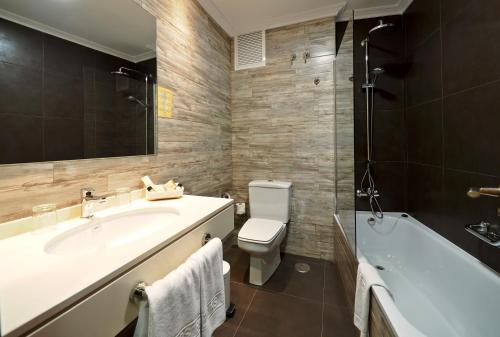 A bathroom at Rias Bajas