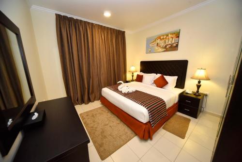 سرير أو أسرّة في غرفة في Alain Hotel Ajman