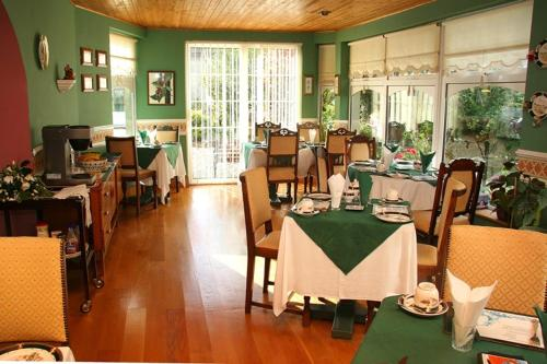 A restaurant or other place to eat at Berkeley Lodge