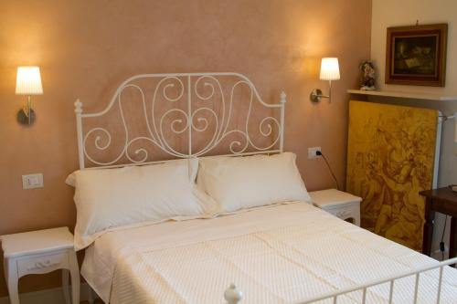 A bed or beds in a room at B&B I Propilei di San Girolamo