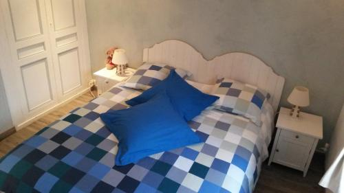A bed or beds in a room at La Petite Fugue