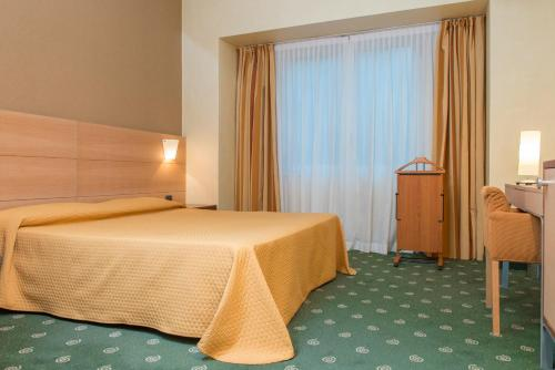 A bed or beds in a room at Hotel Catania Ognina