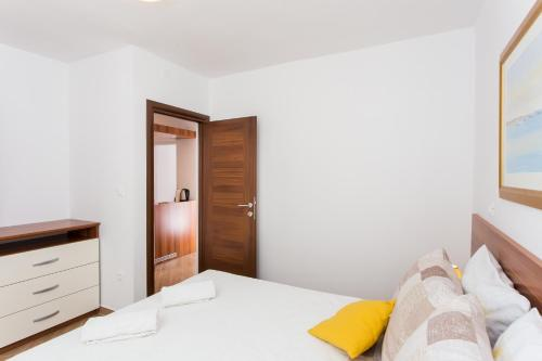 A bed or beds in a room at Apartments Gravosa