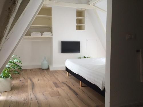 Un pat sau paturi într-o cameră la Canal House 1680
