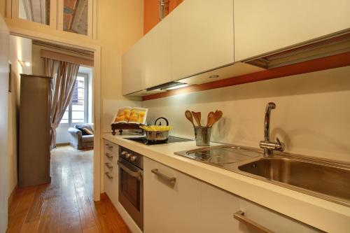 A kitchen or kitchenette at Orlando Palace Apartments