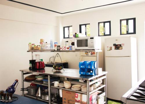 Una cocina o zona de cocina en Hostal Azul y Blanco