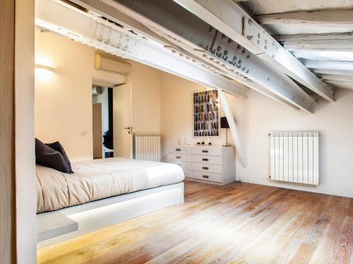 Un ou plusieurs lits dans un hébergement de l'établissement Spanish Steps Luxury Penthouse