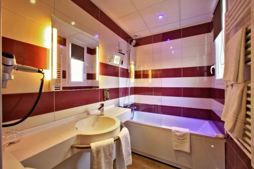 A bathroom at The Originals City, Hôtel le Saint-Martial, Limoges (Inter-Hotel)
