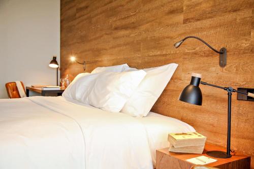 Uma cama ou camas num quarto em Azor Hotel