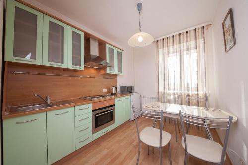A kitchen or kitchenette at Apartment na Vodopyanogo