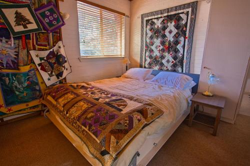 A bed or beds in a room at Quilters Studio