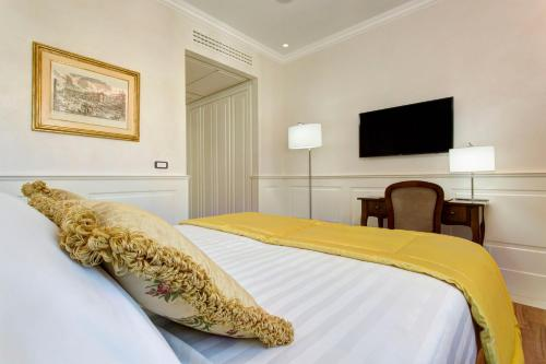 A bed or beds in a room at Hotel Degli Artisti