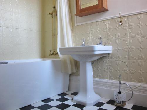 A bathroom at Edwardia Short-Stay