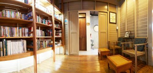 Die Bibliothek in der Pension