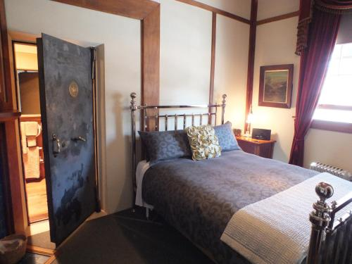 A bed or beds in a room at Reef Cottage Bed and Breakfast