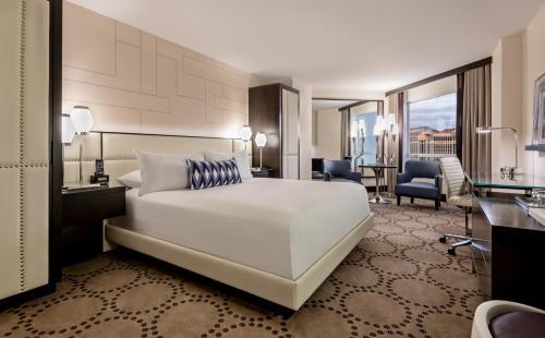 Säng eller sängar i ett rum på Harrah's Las Vegas Hotel & Casino