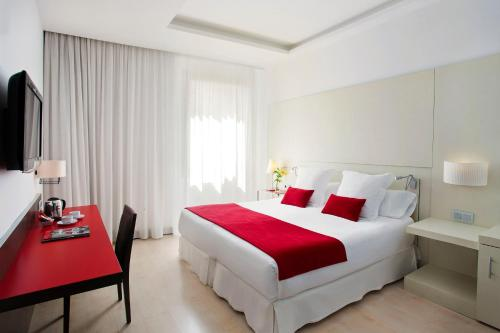 A bed or beds in a room at Grupotel Gran Via 678