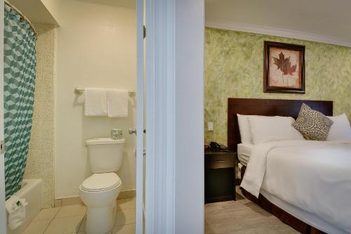 A bathroom at Vagabond Inn San Pedro