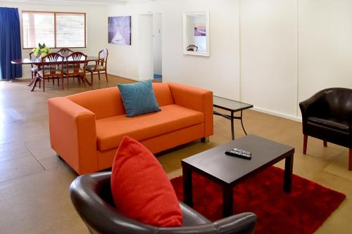 A seating area at Armidale Motel