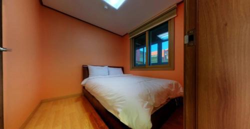 케이블카 펜션 객실 침대
