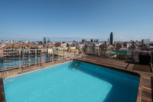 Der Swimmingpool an oder in der Nähe von Catalonia Atenas