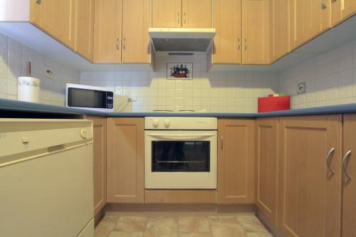A kitchen or kitchenette at Heather's Mica Cottage