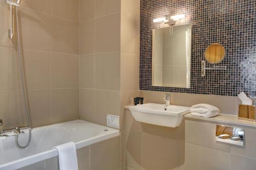 Ванная комната в Quy Mill Hotel & Spa, Cambridge, BW Premier Collection