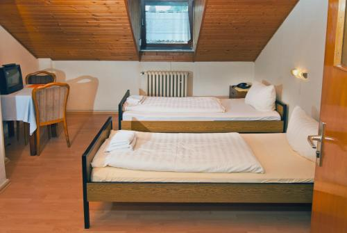 A bed or beds in a room at Hotel Restaurant Kugel