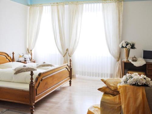 Ein Bett oder Betten in einem Zimmer der Unterkunft Hotel Bayerischer Hof