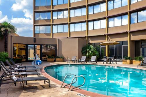 The swimming pool at or near Four Points by Sheraton Houston Greenway Plaza