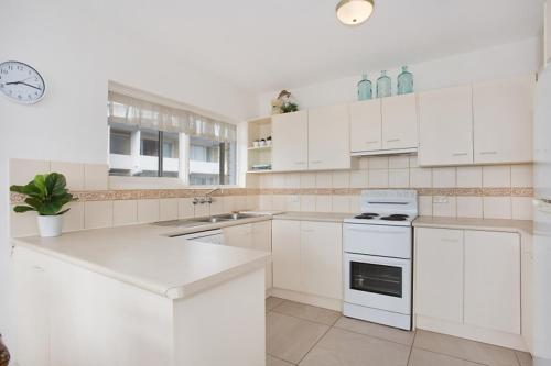 A kitchen or kitchenette at A PERFECT STAY - King Tide