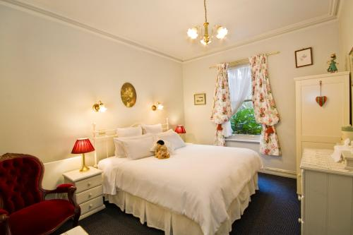 A bed or beds in a room at Lemonade Creek Cottages