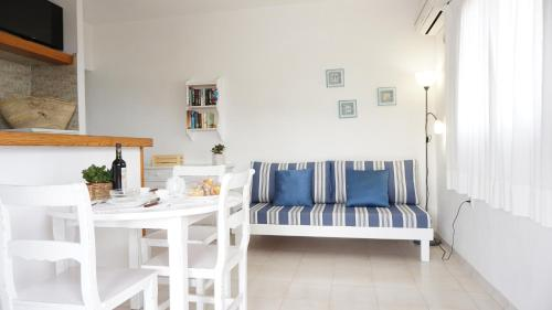 A seating area at Astbury Apartments Ses Platgetes