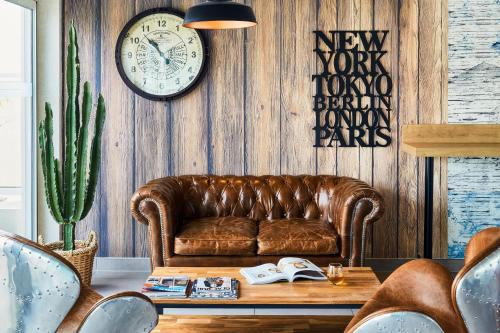 Coin salon dans l'établissement Ibis Styles Hyères Rooftop & Spa