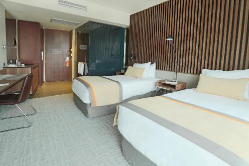 Cama ou camas em um quarto em DoubleTree by Hilton Santiago Kennedy, Chile