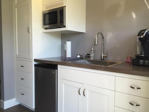 A kitchen or kitchenette at Andrea's Hidden Cottage