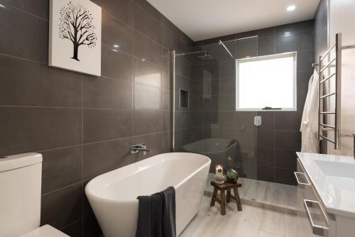 A bathroom at Penguin Beach House
